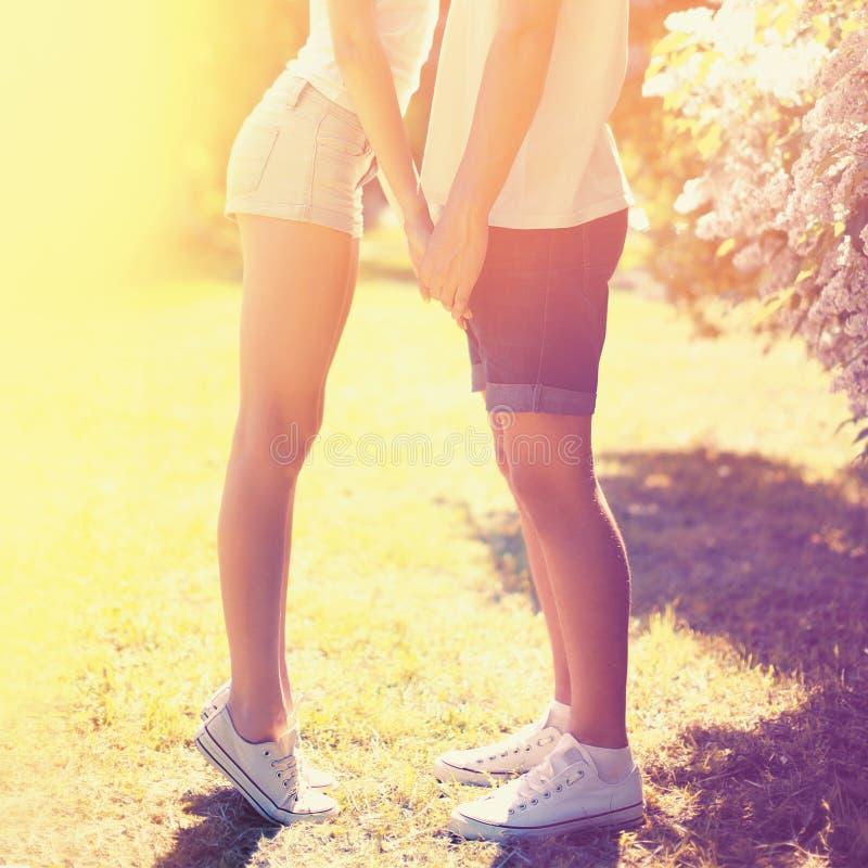 Pares novos da foto colorida do estilo de vida do verão no amor imagens de stock royalty free