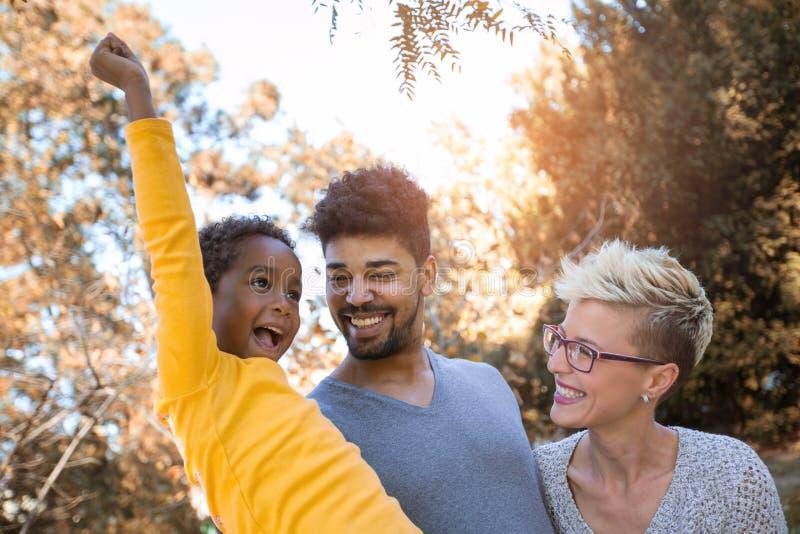 Pares novos da raça misturada que passam o tempo com sua filha foto de stock royalty free