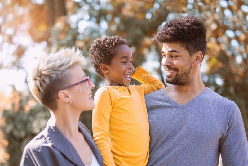Pares novos da raça misturada que passam o tempo com sua filha imagens de stock royalty free