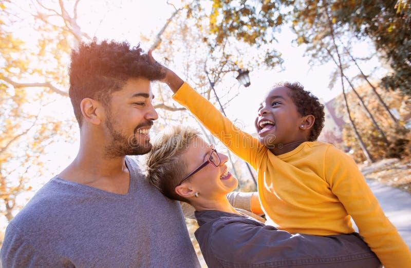 Pares novos da raça misturada que passam o tempo com sua filha fotografia de stock royalty free