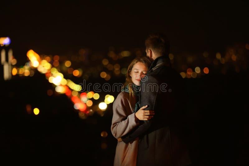 Pares novos de amor na data romântica na noite foto de stock