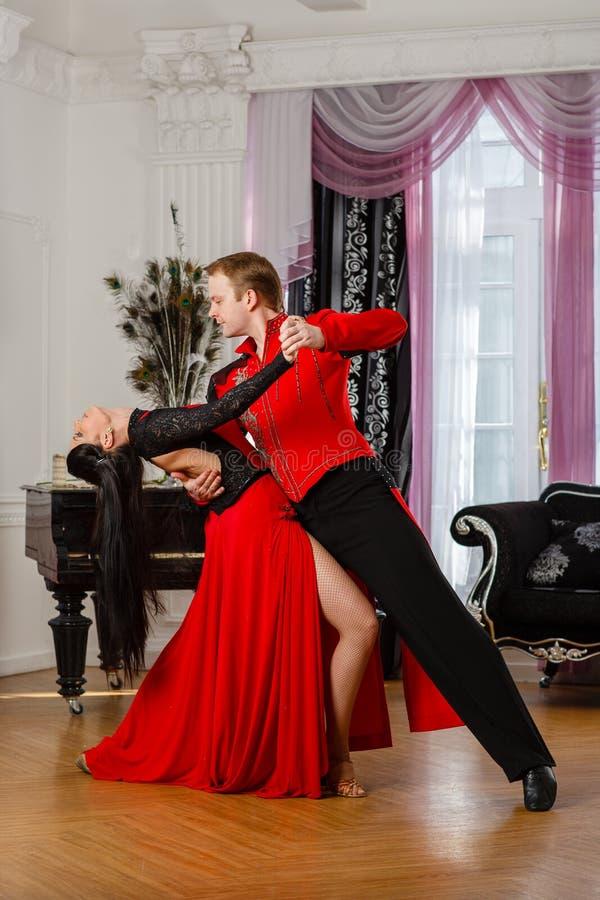 Pares novos de dança. fotografia de stock royalty free