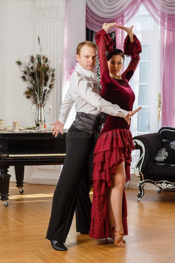 Pares novos de dança. imagens de stock royalty free