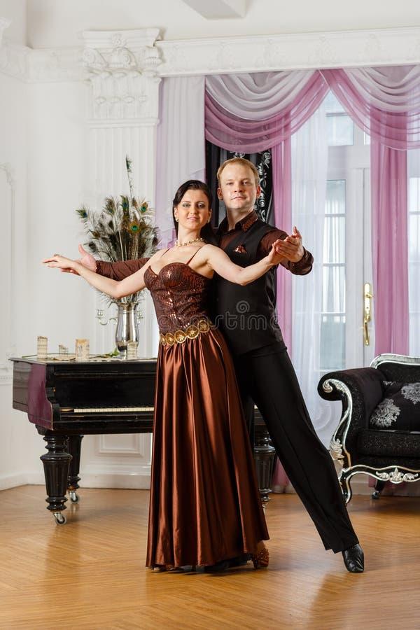 Pares novos de dança. imagens de stock