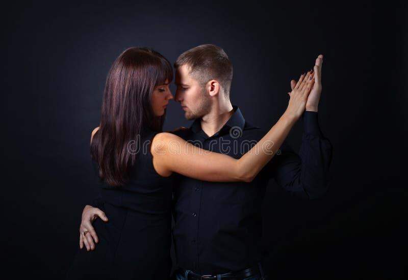 Pares novos de dança fotografia de stock royalty free