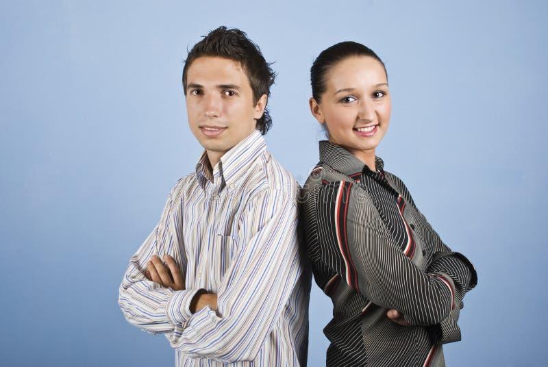 Pares novos de executivos do sorriso fotografia de stock royalty free