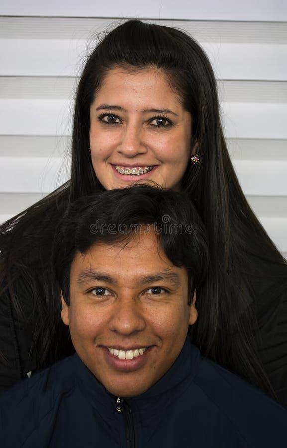 Pares novos de sorriso foto de stock