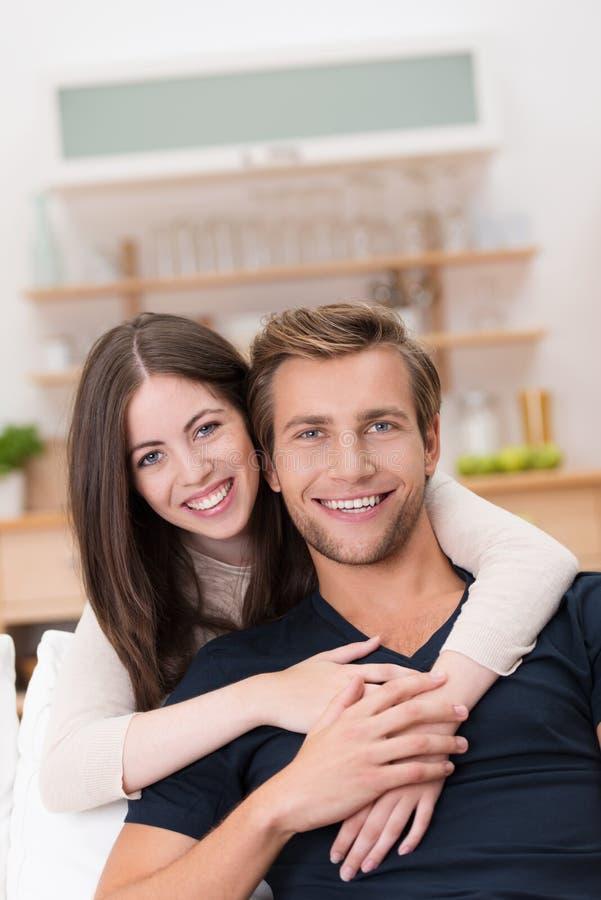 Pares novos de sorriso felizes imagens de stock royalty free
