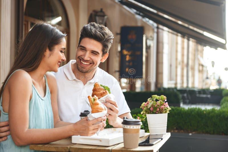 Pares novos de sorriso que têm o almoço imagem de stock royalty free