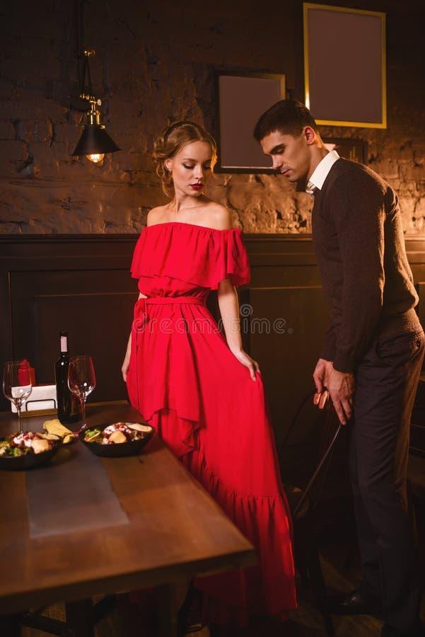 Pares novos do amor no restaurante, data romântica imagens de stock royalty free