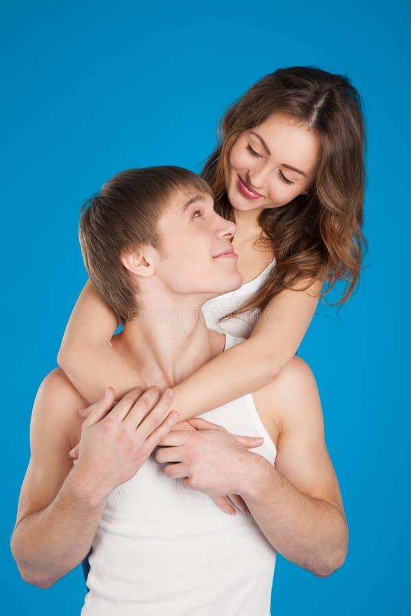 Pares novos do amor que guardaram-se no estúdio fotos de stock