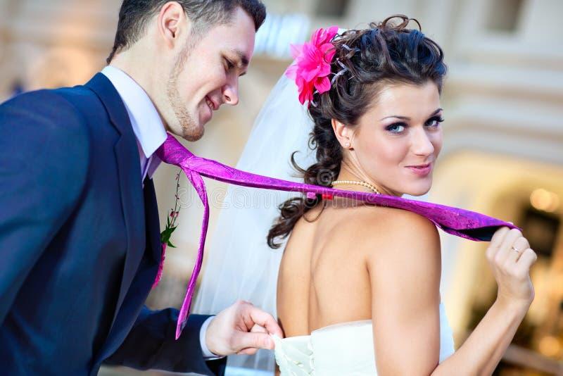 Pares novos do casamento imagem de stock