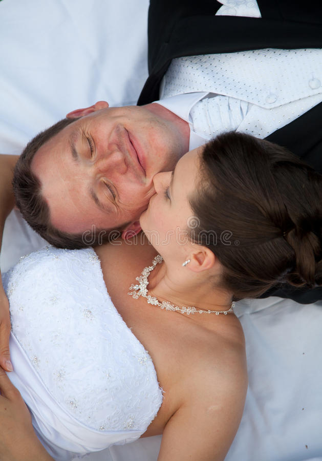 Pares novos do casamento fotografia de stock royalty free