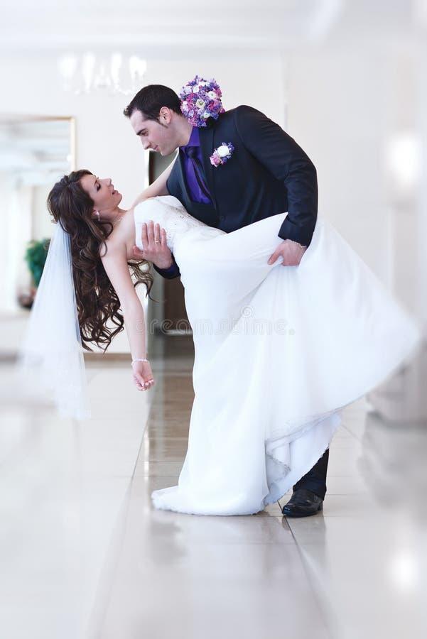Pares novos do casamento imagens de stock royalty free