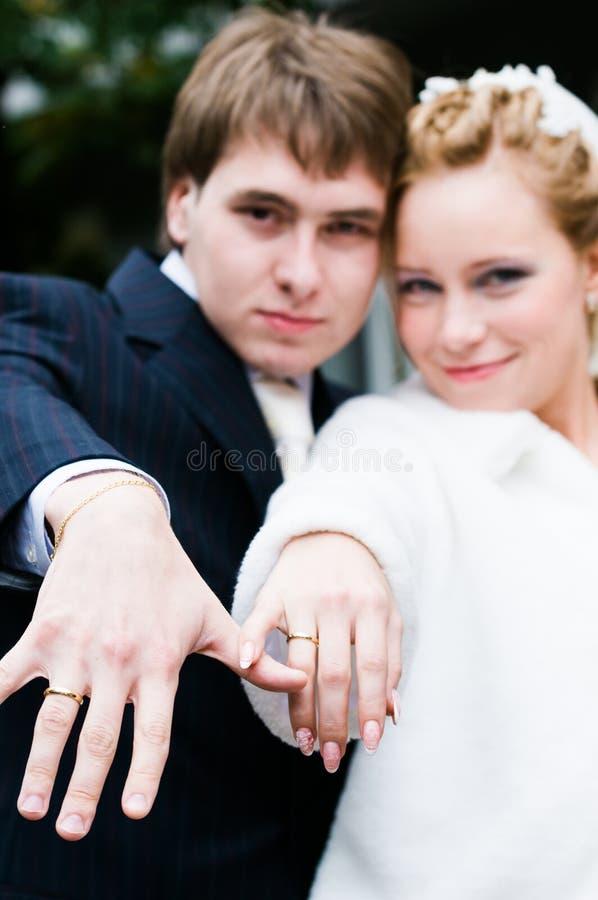 Pares novos do casamento foto de stock