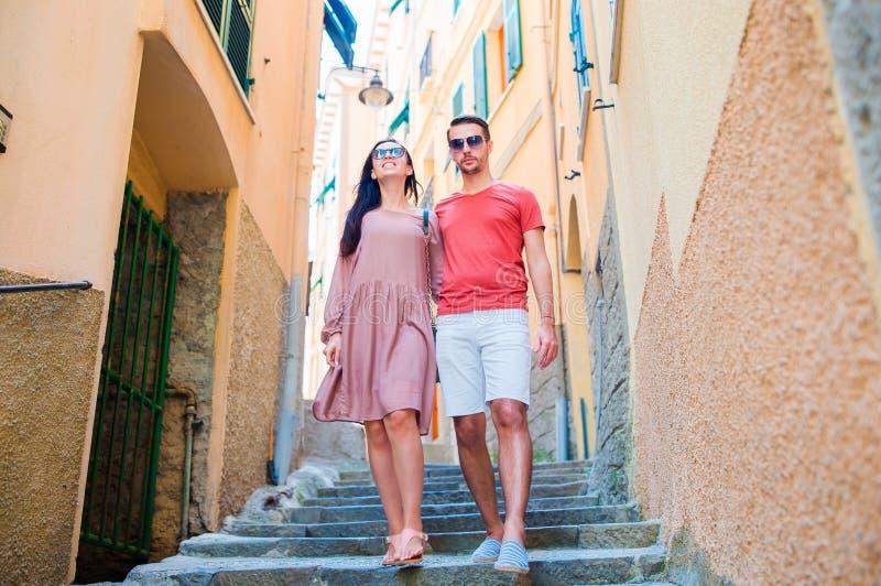 Pares novos do turista que viajam em feriados europeus fora em férias italianas em Cinque Terre imagens de stock royalty free