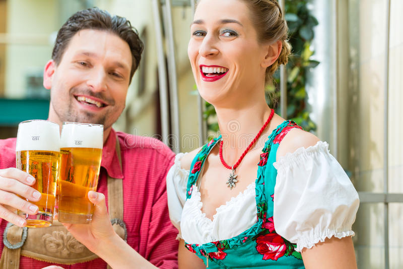 Pares novos em Baviera no restaurante ou no bar fotos de stock