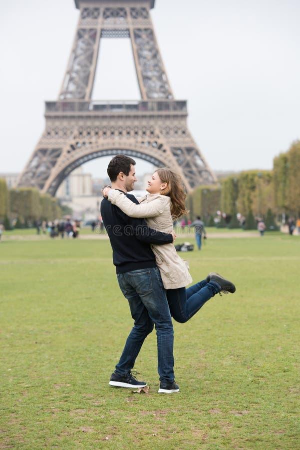 Pares novos em Paris fotos de stock