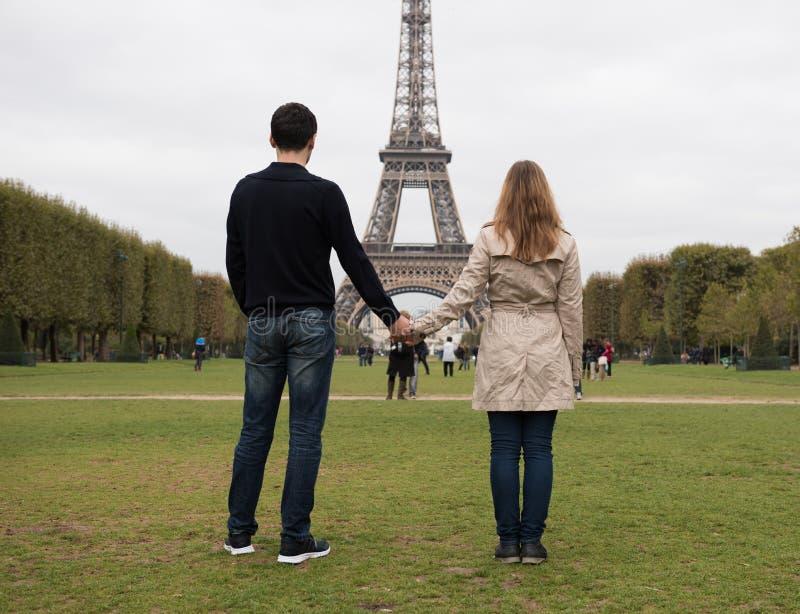 Pares novos em Paris fotografia de stock royalty free