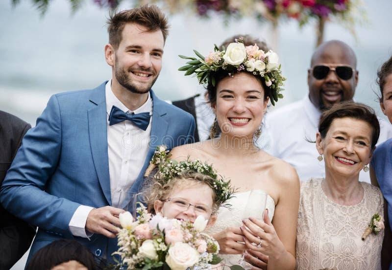 Pares novos em uma cerimônia de casamento na praia imagens de stock