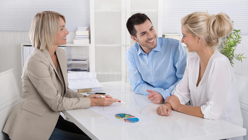 Pares novos em uma data com um banqueiro ou um conselheiro para a aposentadoria a foto de stock