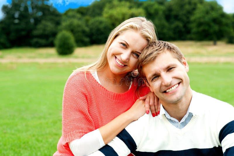 Pares novos encantadores que golpeiam um pose de sorriso imagens de stock royalty free