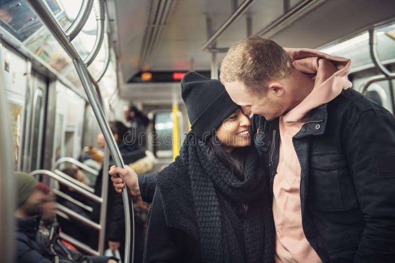 Pares novos felizes do turista no curso do metro de New York City ao redor fotos de stock royalty free