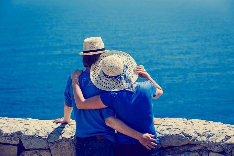 Pares novos felizes em férias do mar imagens de stock royalty free