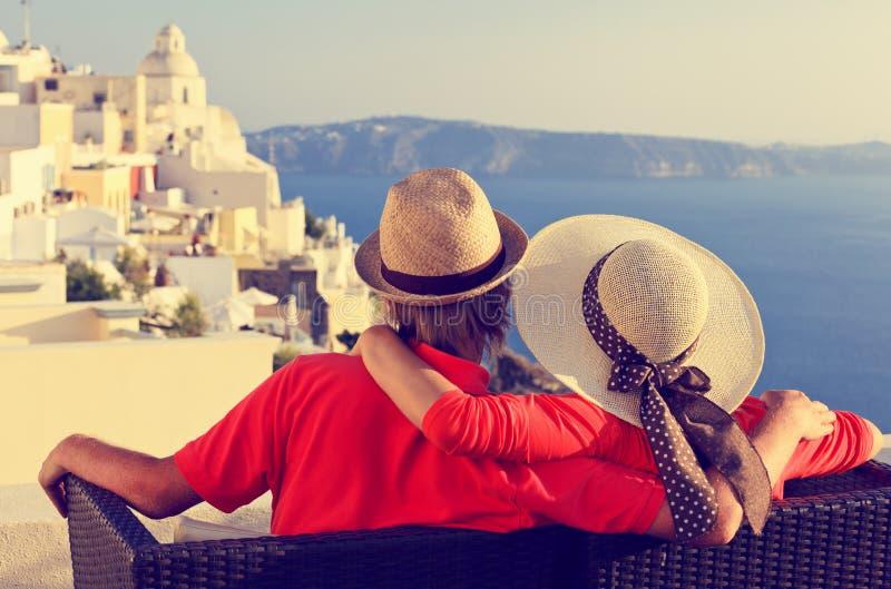 Pares novos felizes em férias em Grécia imagem de stock