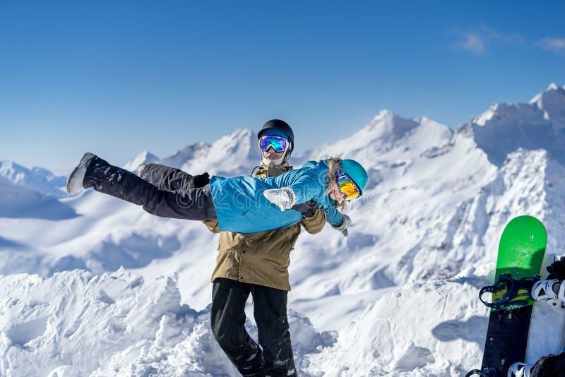 Pares novos felizes em montanhas altas do fundo fotos de stock royalty free