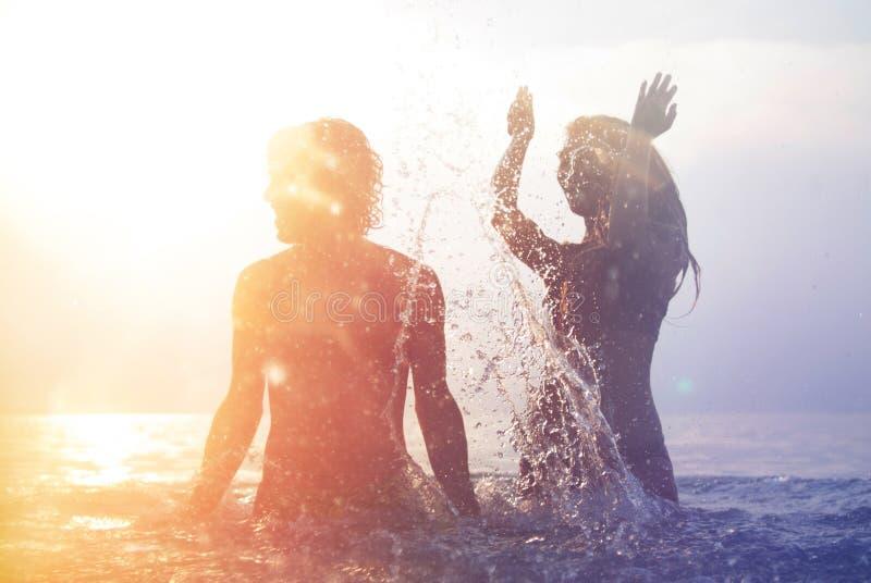 Pares novos felizes na praia