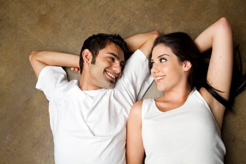 Pares novos felizes no amor foto de stock royalty free