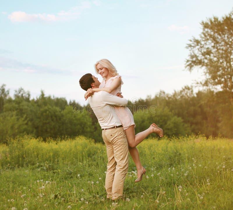 Pares novos felizes no amor imagens de stock royalty free