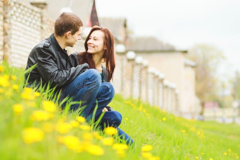 Pares novos felizes no amor fotografia de stock