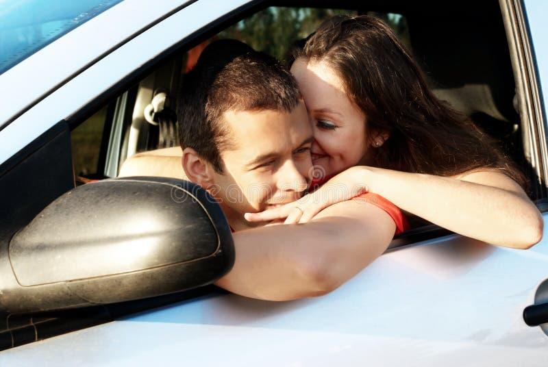 Pares novos felizes no carro imagens de stock