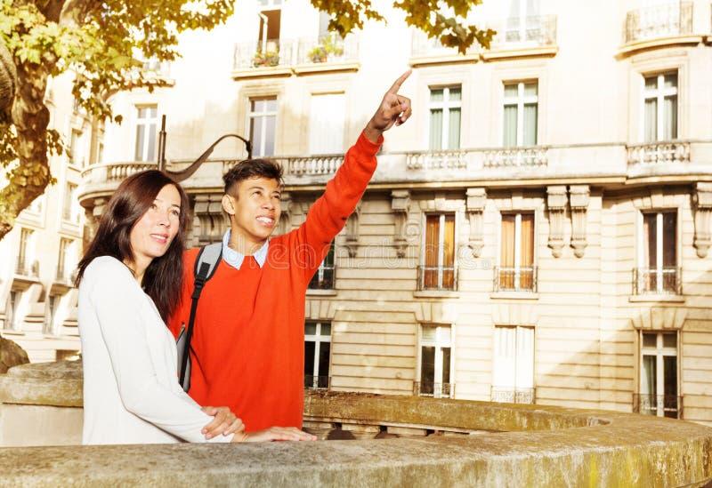 Pares novos felizes que andam ao longo de Paris, França foto de stock royalty free