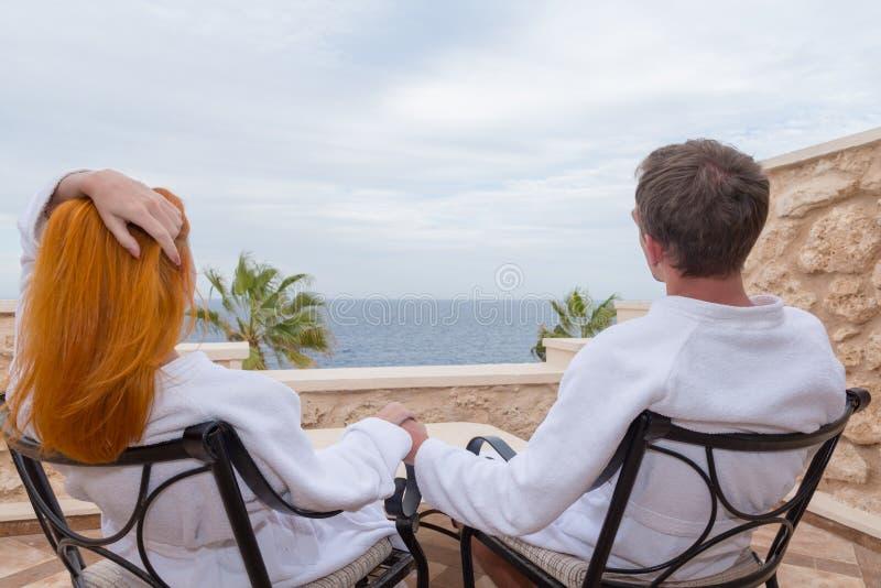 Pares novos felizes que apreciam férias fotos de stock royalty free