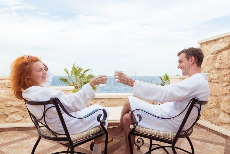 Pares novos felizes que apreciam férias imagens de stock royalty free