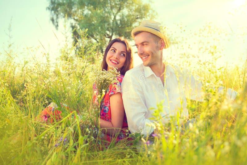 Pares novos felizes que apreciam a natureza fotografia de stock royalty free