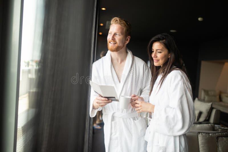 Pares novos felizes que apreciam tratamentos do spa resort do bem-estar foto de stock