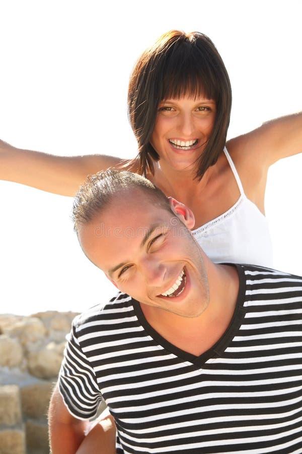 Pares novos felizes que têm o divertimento ao ar livre. imagens de stock