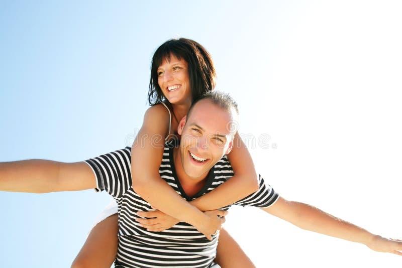 Pares novos felizes que têm o divertimento ao ar livre. fotografia de stock royalty free
