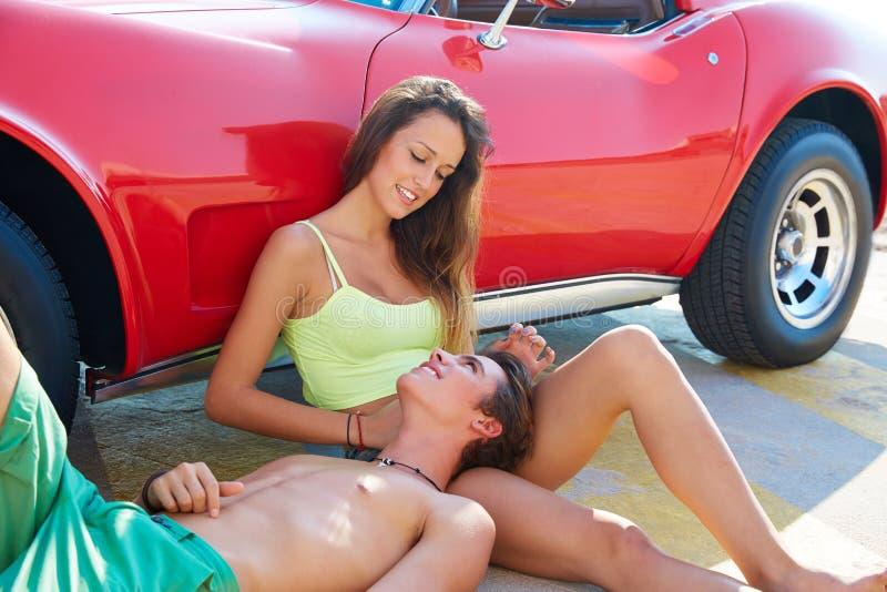 Pares novos felizes relaxado em um assento lateral do carro fotos de stock royalty free
