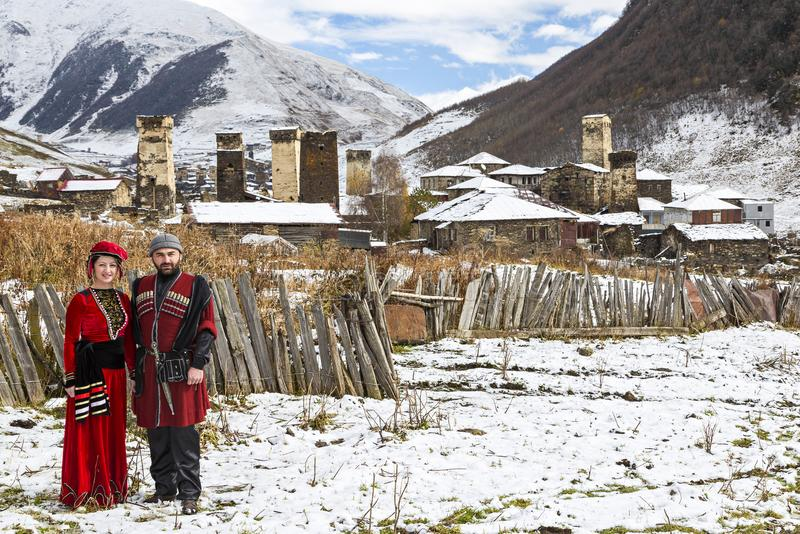 Pares novos Georgian em seus trajes locais tradicionais em Ushguli, Geórgia fotografia de stock royalty free