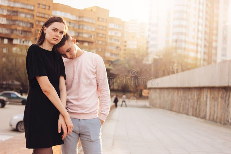 Pares novos infelizes de amigos, adolescentes, estudantes na rua da cidade, conceito das dificuldades do relacionamento fotos de stock