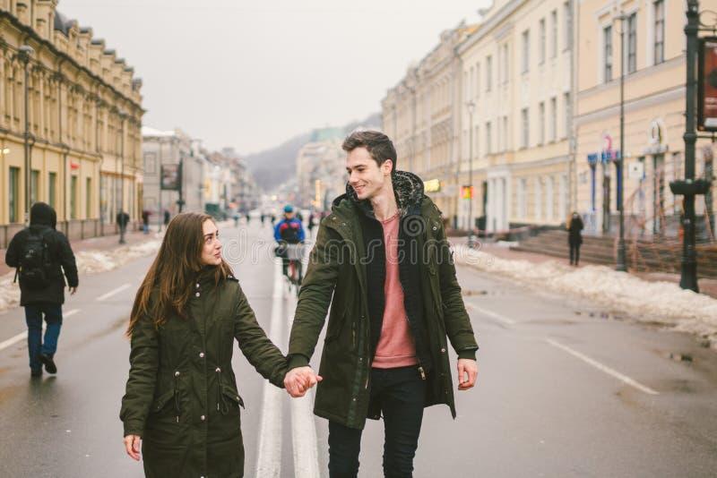 Pares novos, menino heterossexual e menina da nacionalidade caucasiano, par de amor, caminhada em torno do centro do país do euro imagens de stock