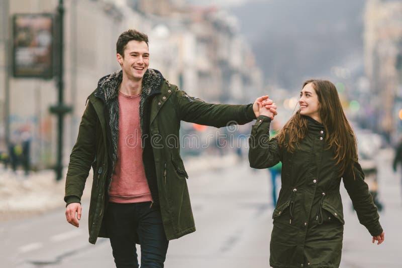 Pares novos, menino heterossexual e menina da nacionalidade caucasiano, par de amor, caminhada em torno do centro do país do euro fotos de stock