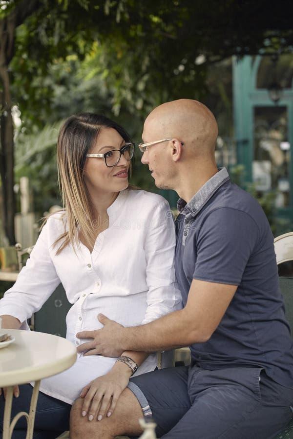 Pares novos, mulher gravida, olhando se, sorrir feliz, imagem de stock royalty free
