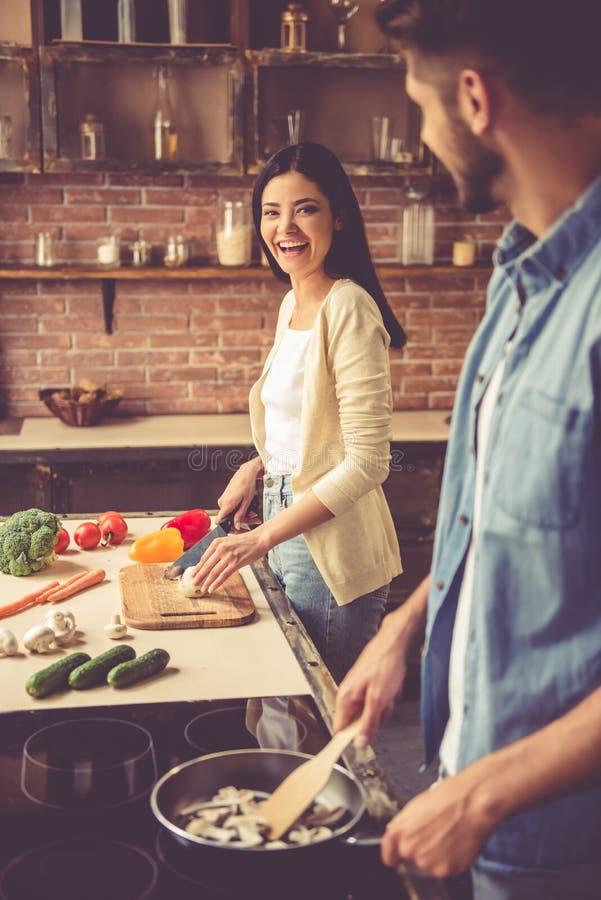 Pares novos na cozinha imagens de stock