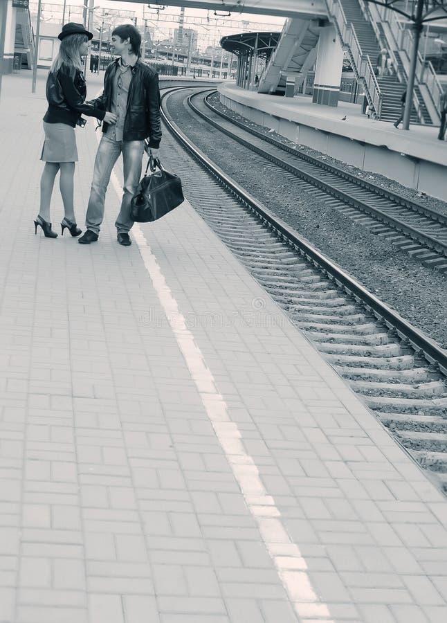 Pares novos na estação de comboio foto de stock